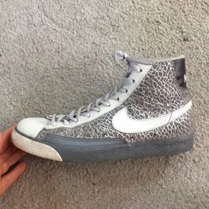 💕Nike leather gray silver high tops sz 7 awesome
